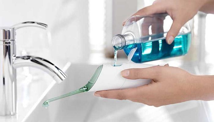Можно использовать чистую воду, настои трав или специальные составы для полости рта