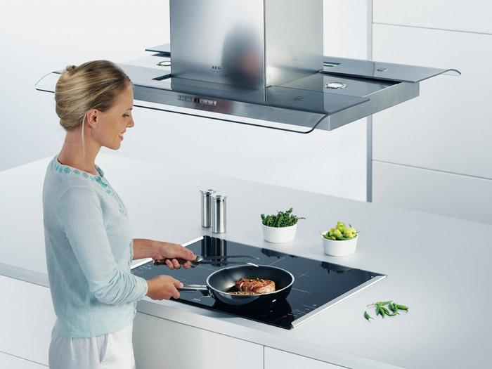 Вытяжка должна располагаться строго над поверхностью плиты