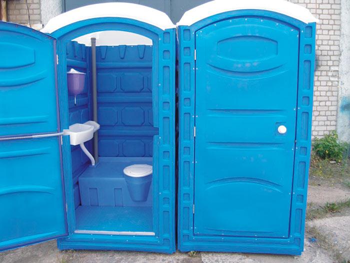 На даче можно установить туалетную кабинку, но помимо высокой стоимости она еще и дорога в обслуживании