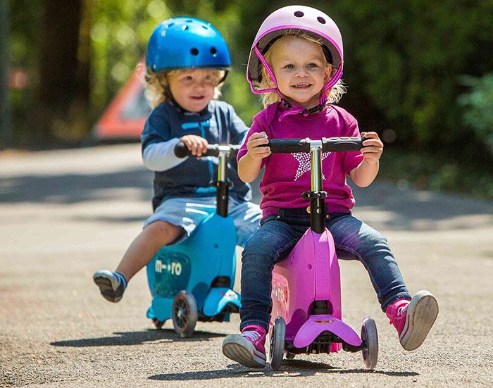Для самых маленьких подойдет самокат на 3 или 4 колесах, с сиденьем
