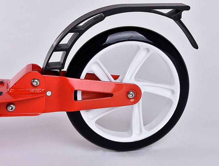 Для детей постарше лучше выбрать самокат с большим диаметром колес