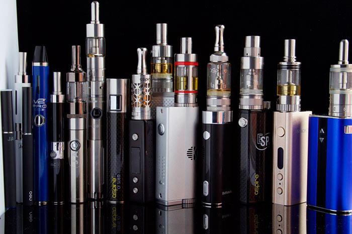 Выбирать электронную сигарету лучше в магазине, чтобы подержать ее в руках и понять, какая будет удобнее