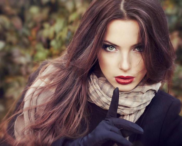 Девушкам с зелеными глазами подойдут темные тона волос