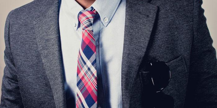 К белой рубашке подходят разные цвета галстука