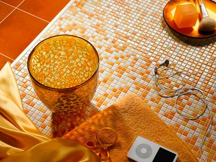 Для укладки мозаики используется специальный плиточный клей