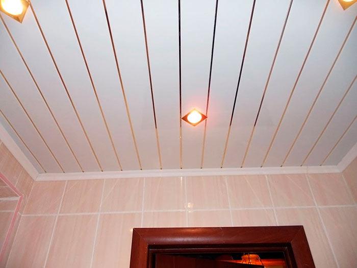 Реечный потолок для ванной легок в уходе
