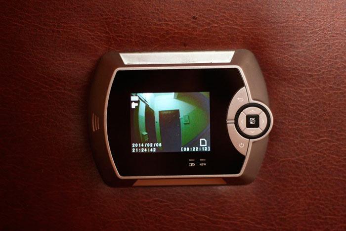 Если отверстие в двери подходит по размеру, установить видеоглазок - дело нескольких минут