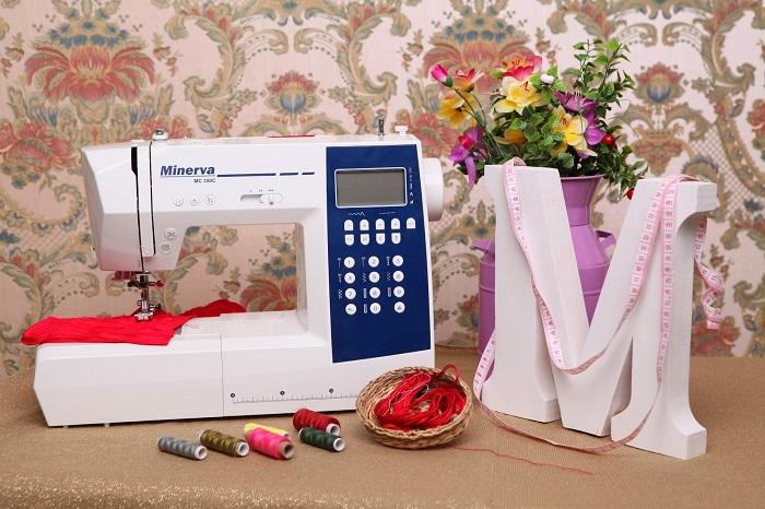 Новичкам рекомендуется выбирать электромеханические или компьютерные модели швейной машинки