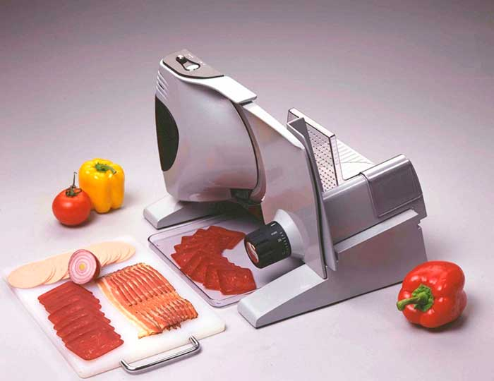 Нож с волнообразной заточкой легко нарезает готовые продукты любой степени плотности