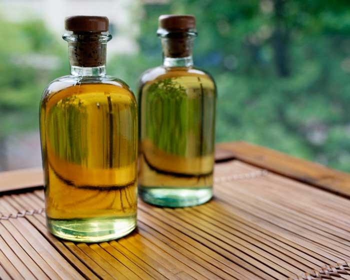 Касторовое масло помогает восстановить сухие поврежденные волосы