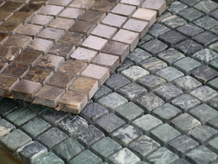 Для мозаики из натурального камня выбирайте реактивный клей