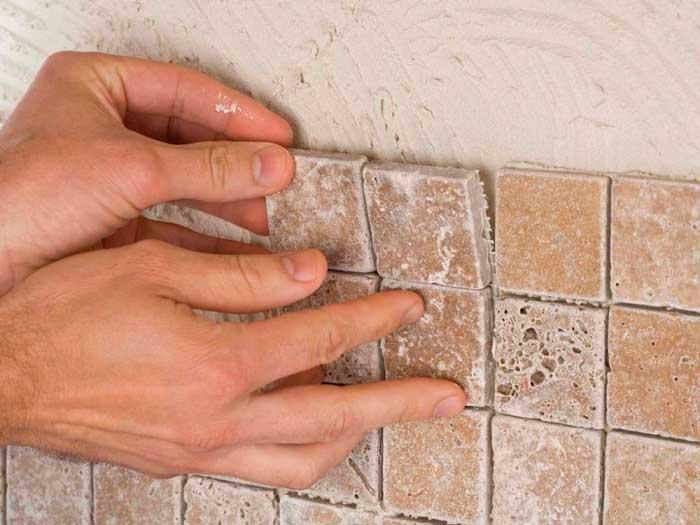 При выборе клея для плитки учитывайте условия, в которых он будет эксплуатироваться