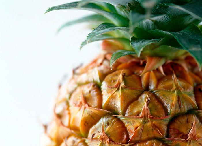 Корка спелого ананаса упругая, с коричневым оттенком