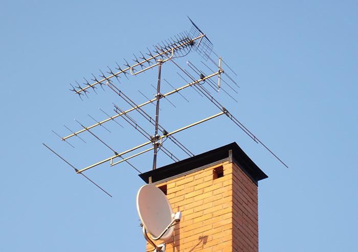 Для выбора антенны необходимо уточнить удаленность телевышки, уверенность приема сигнала