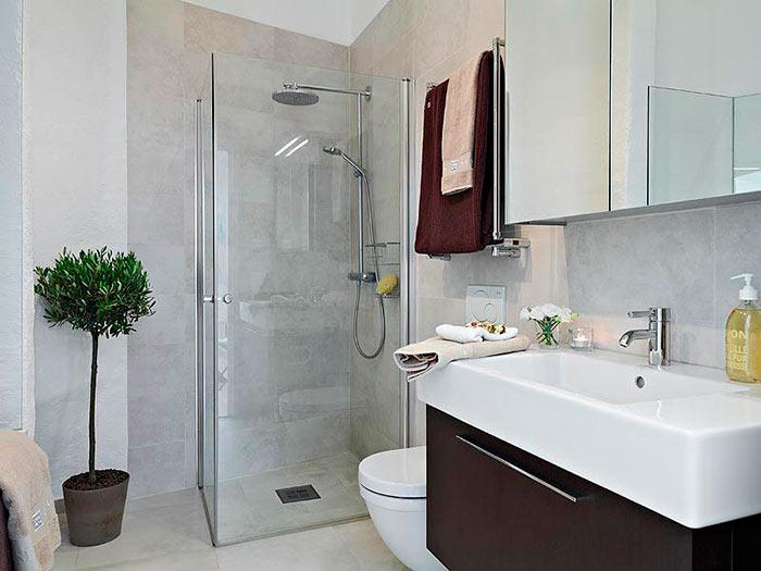 Угловое расположение ванной комнаты оптимально для маленькой ванной комнаты