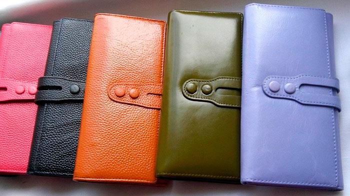 Для привлечения денег рекомендуется приобретать кошелек из натуральной кожи, в котором купюры не будут сгибаться