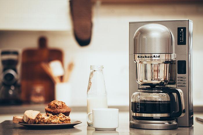Капельная кофеварка имеет низкую цену, но готовый кофе придется ждать несколько минут