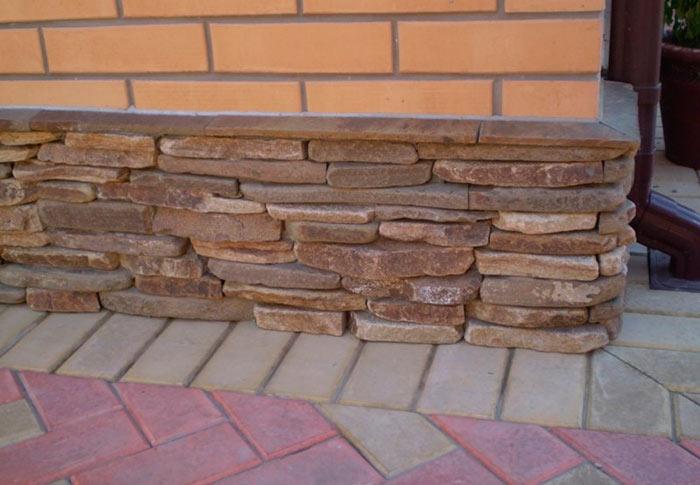 Облицовка цоколя дома натуральным и искусственным камнем