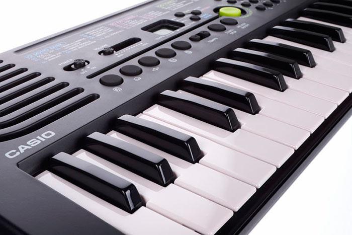 Для обучения детей подойдет синтезатор Casio стоимостью 5-8 тысяч рублей