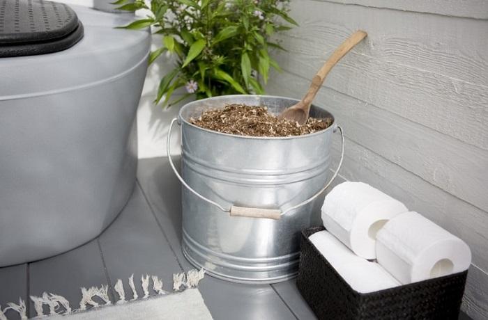 Благодаря пористой структуре наполнитель хорошо впитывает жидкости, препятствует гниению и появлению запаха
