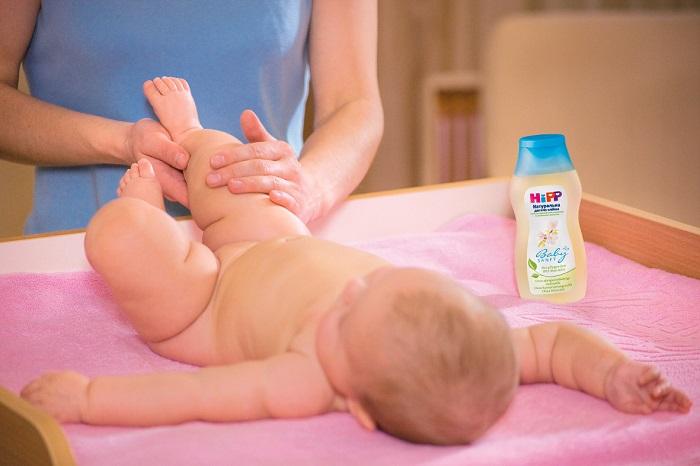 Детское масло хорошо питает и увлажняет кожу во время массажа