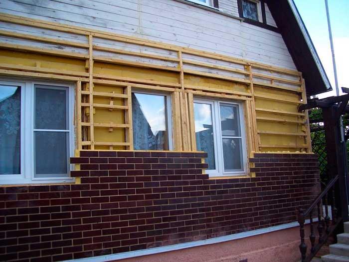 Процесс облицовки деревянного дома кирпичом