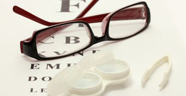 Что выбрать очки или контактные линзы