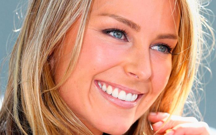 Голубоглазым блондинкам подойдут сливовые, пастельно-сиреневые и розоватые тона