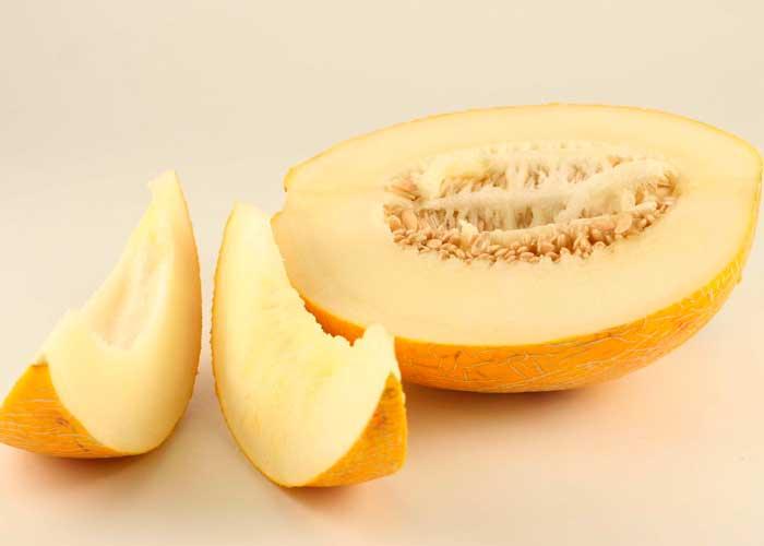 Поверхность дыни имеет белый или желтый оттенок