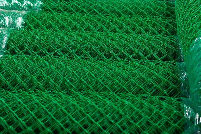 Пластифицированная сетка рабица покрыта пластиковой оболочкой, которая надёжно укрывает металл от появления на ней коррозии