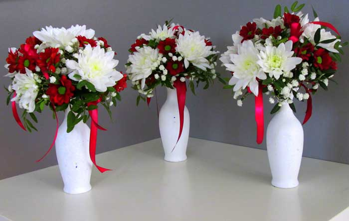При правильном уходе хризантемы могут стоять в вазе до 1 месяца