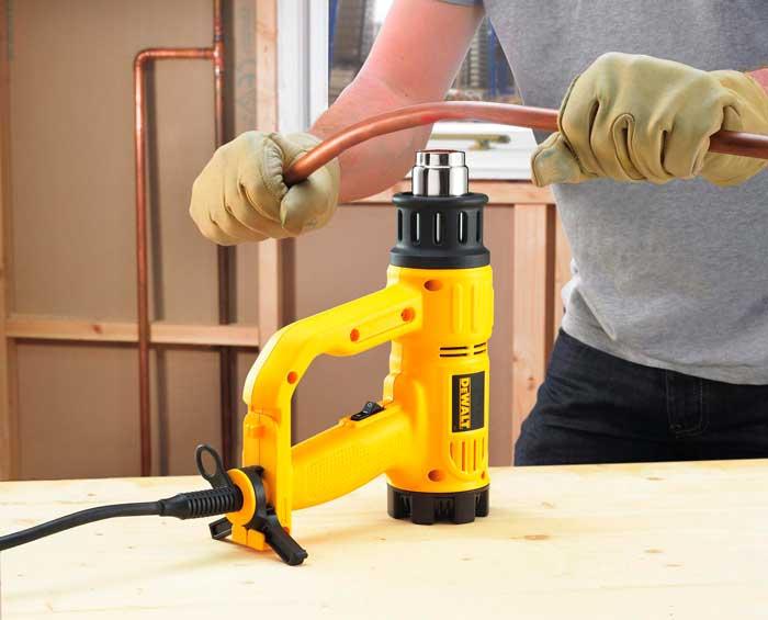 Строительный фен для бытового применения нагревает воздух от 600 до 650 °C