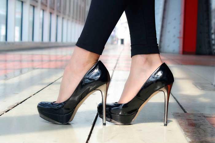 При примерке туфель походите по магазину, чтобы понять насколько они удобны