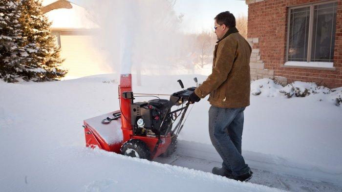 Бензиновые снегоуборщики габаритные и весят больше, в сравнении с электрическими