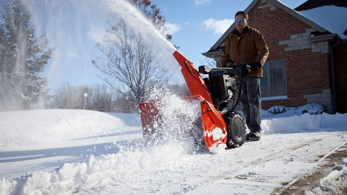 Снегоуборщик - лучшее решение по очистке от снега загородного участка