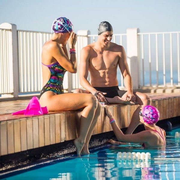 Профессиональные спортсмены пользуются силиконовыми шапочками для плавания