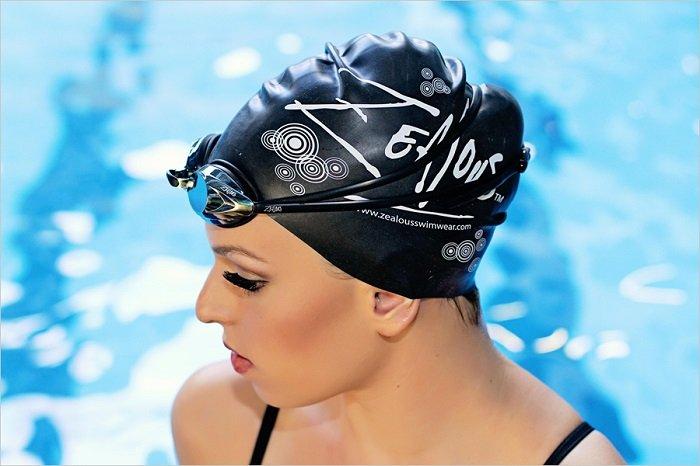 Шапочка для плавания защищает волосы от негативного влияния химических веществ