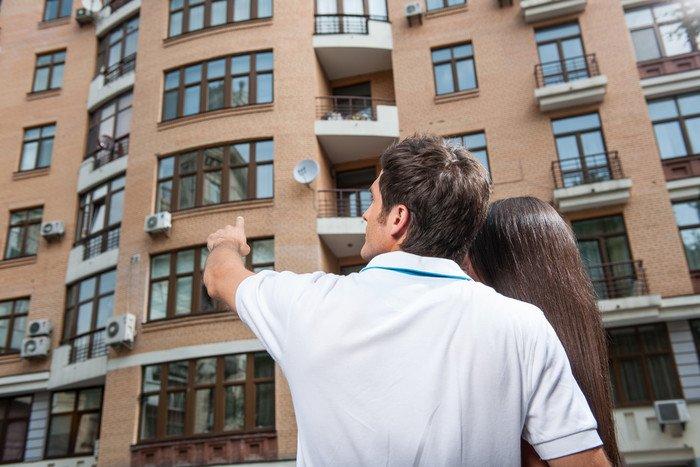Выбирая квартиру на вторичном рынке человек должен визуально оценить состояние дома, в котором она расположена