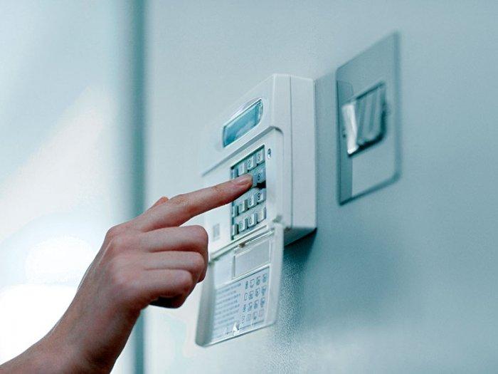 На первом этаже для защиты собственности придется установить сигнализацию