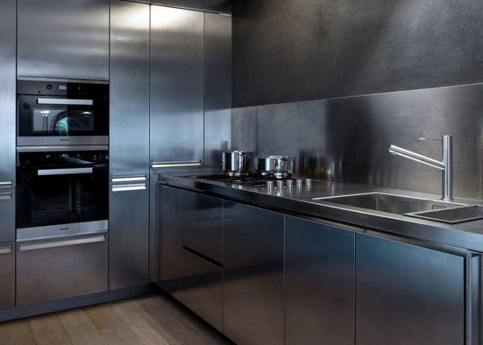 Полностью металлические фасады будут хорошо смотреться на современных кухнях